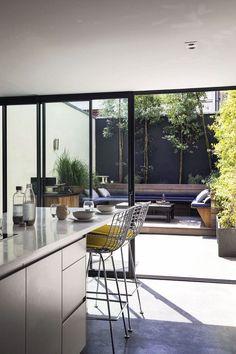 La cuisine, à l'extrémité du loft, s'ouvre sur l'extérieur et jouit d'un patio privé Home Design Decor, House Design, Home Decor, Atrium House, Casa Loft, Patio Plans, Small Courtyards, Outdoor Kitchen Design, Patio Doors