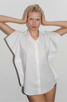 Very unique shirt by adding extra fabric under the arms Ylime xxx Fashion Details, Fashion Photo, Love Fashion, Fashion Outfits, Deconstruction Fashion, Simple Shirts, Fashion Project, Beautiful Blouses, White Shirts
