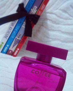 Olá pessoal,  o #papai #noel passou por aqui e me deu de #presente esse maravilhoso perfume da #boticario #coffee. Confesso que estava esperando #livros,  mas não foi dessa vez :-/, e vocês ganharam #livros ou não? Feliz ano novo pra todos <3#insta #instagran #instagramers #bookstagram #booklover #instabook #instabooks #blog #bloggers #indicarlivros #bookshelf #books #book #booknerd #love #booktube #amor #por #livros #le