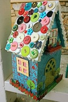 Kinda cute if you need to add some color to your tree Button roof Birdhouse. wonder if the birds would like it. - New Sensations Garden Button Art, Button Crafts, Hansel Y Gretel, Diy And Crafts, Crafts For Kids, Craft Projects, Projects To Try, Bird Houses Painted, Decoupage