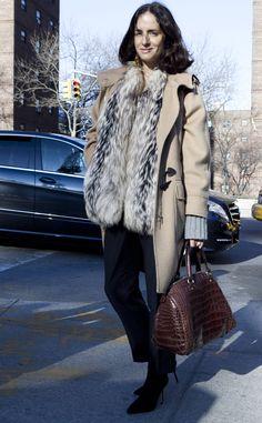 Abrigo camel y bolso de cocodrilo. Adriana Carolina Herrera