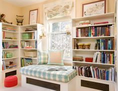 Nessa sala, sob a janela é criado um estofado para servir de espaço de leitura na casa, rodeada pelos livros, aproveitando a iluminação natural.