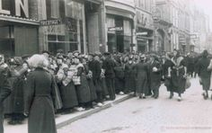 In de loop van de bezetting werden allerhande goederen steeds schaarser, waaronder ook kleding. De verkoop van een voorraad Staphorster stoffen door een textielwinkel in de Diezerstraat te Zwolle op 19 juni 1942 leidde dan ook tot een enorme toeloop van vooral inwoners van Staphorst. #Overijssel #Staphorst