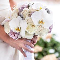 Bouquet di orchidee bianche con Rose Lilla e Bianche