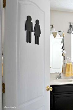 Uma placa no banheiro da sua casa para que as visitas consigam se localizar!