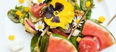 Zutaten: 1 gelber Paprika; 200 g Cherrytomaten; 0,5 Bund Radieschen; 0,5 Gurke; 180 g Schafkäse; 0,25 Wassermelone; 1 Pkg. Simply Good 1001 Nacht Salat; 100 ml Olivenöl; 40 ml Balsamico-Essig; 4 TL Senf; 4 TL Honig; Salz, Pfeffer; Walnüsse nach Belieben; Gänseblümchen! Mehr dazu auf der ADEG Website! Prosciutto, Kraut, Pickles, Recipes, Food, Watermelon, Peach, Carrots, Crickets