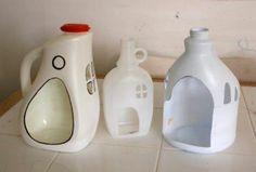 Recicla los botes de plastico, haciendo casitas para decorar,  ejemplo un nacimiento