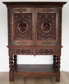 Kabinettschrank aus dem Danziger Barock. Dieser wurde um 1880-1900 aus bester Eiche, massiv und furniert, gefertigt. Er begeistert dabei durch seine unnachahmliche Präsenz und hochwertige Verarbeitung. Kennung : Nr. 1742