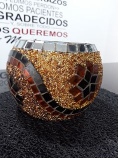 Luminaria hecha a mano con vidrio y mostacilla checa Mosaic Crafts, Mosaic Projects, Mosaic Art, Mosaic Glass, Stained Glass, Glass Art, Candle Holder Decor, Tealight Candle Holders, Mosaic Bowling Ball