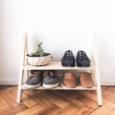 ZAPATERO DE MADERA - DIY Bench With Shoe Storage, House Layouts, Woodworking Shop, Entryway Decor, Shoe Rack, Kitchen Decor, Sweet Home, Diy Projects, Living Room