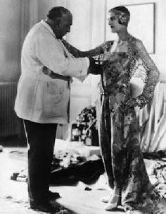 Poiret(estilista francês) e Tarsila do Amaral com o vestido para a estréia da semana de arte moderna de 1922.Um marco de arte no Brasil