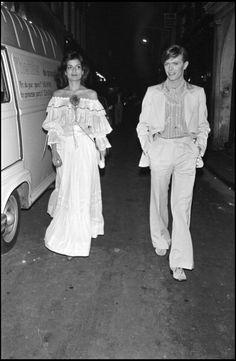 David Bowie and Bianca Jagger, Paris, 1977 David Jones, David Bowie, Photos Rares, Bianca Jagger, Mick Jagger, Mick Ronson, Photo Star, Bowie Starman, The Thin White Duke