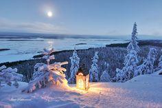 Kynttilälyhty Kolin maisemassa.   Candle Lantern in Koli landscape. Photo Ismo Pekkarinen #koli #joulu #maisema #finland #christmas #landscape #luonto #nature