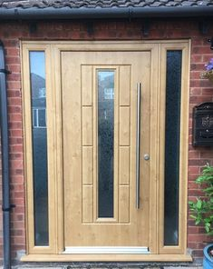 At Value Doors our Ultimate Rockdoor Collection looks stunning in Oak, you can see all our Rockdoors on our website. Oak Front Door, Front Door Porch, Front Porch Design, Front Door Colors, House Front, Window Design, Door Design, Aluminum Windows Design, Composite Front Door