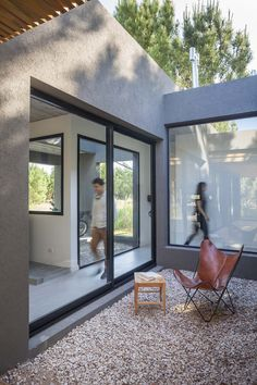 Image 4 of 25 from gallery of L House / Estudio PKa. Photograph by Alejandro Peral Villas, Casa Patio, Courtyard House Plans, Patio Interior, Home Studio, Architecture, Beach House, Floor Plans, House Design