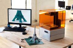 Anders dan de goedkope 3D-printers maakt de FORM 1 namelijk gebruik van een techniek genaamd stereolithografie, waarbij een laserstraal het vloeibare kunststof verhard.  En dat maakt dan weer mogelijk om lagen van slechts 25 microns groot te printen..