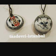 #KİŞİYE ÖZEL KOLYELER 👑👒🎒💄👗#tasdevri_istanbul #tasboyama #tasarım #hediyelik #kişiyeözel #stonepainting #artstone #stoneart #rockpainting #evdekorasyonu #hediyelikler #alisveris #elyapımı #handmade #istanbul #yılbası #noel #tasarım #instagood #instalove #instagood #picoftheday #bugununkaresi #sanat #kolye#takı#cat