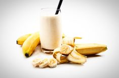 Rezept Bananenshake Zutaten: 1 Banane 1 Becher Milch 3 Eiswürfel 2 – 3 Esslöffel Zucker ( Optional )  Zubereitung: Banane schälen und alle Zutaten in einem Mixer mischen. Sobald der Shake schön cremig ist einschenken und geniessen.  Übrigens auch in Ihrer Früchtebox befinden sich zahlreiche Bananen mit denen Sie einen leckeren Bananenshake zubereiten können. Glass Of Milk, Drinks, Desserts, Mixer, Food, Ice Cream Pictures, Yummy Ice Cream, Ice Cream Recipes, Sugar