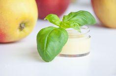 DIY: Diese einfache Apfel-Basilikum-Salbe riecht angenehm frisch und pflegt dabei intensiv. Viel Spaß mit dem Rezept!