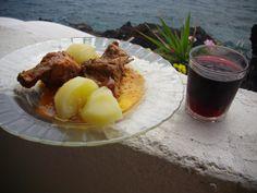 Conejo en salsa con papas guisadas. Que no falte el vasito de vino tinto palmero