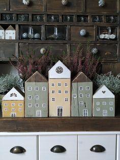 PASTU domov: Dřevěné barevné domečky Diy Craft Projects, Projects To Try, Diy Crafts, Wooden House Decoration, Bird Houses, Wooden Houses, House Template, Diy Wood Signs, Timber House