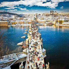A Ponte Carlos (em tcheco Karlův most) é a ponte mais velha de Praga, e atravessa o rio Moldava da Cidade Velha até a Cidade Pequena. É a segunda ponte mais antiga existente na República Tcheca.
