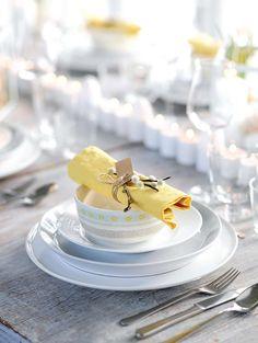 Rustikt, enkelt och vackert med toner av gult. Inspireras av våra finaste påskdukningar!