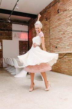 Gute Laune ist mit diesem kurzen Brautkleid garantiert! Die 50er Jahre lassen grüßen: schmale Korsage, betonte Taille und ein weit schwingender Tellerrock, dessen Volumen mit einem unserer süßen Petticoats noch unterstützt wird.