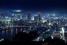 高知市街の夜景 右奥にライトアップは高知城