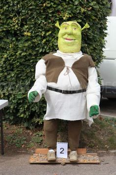 Unique funny and creative diy scarecrow ideas for your garden, outdoor front yard easy to make Scarecrow Movie, Scarecrow Festival, Diy Scarecrow, Scarecrows For Garden, Happy Thanksgiving Images, Apple Festival, Book Character Costumes, Autumn Display, Movie Themes