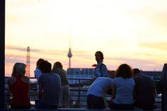 Abends auf der Modersohnbrücke Mein Berliner Lieblingsort ist die Brücke in der Friedrichshainer Modersohnstraße. Hier ist die Stimmung entspannt und beim mitgebrachten Feierabendbier hat man einen fantastischen Blick auf die Stadt und den Sonnenuntergang vor Fernsehturm-Kulisse, während unter einem die S-Bahnen vorbeirauschen. Auf keinen Fall: Runterspringen. Unbedingt: Ein Bier trinken, das Wetter genießen, Freunde mitbringen. Daniel Baumann
