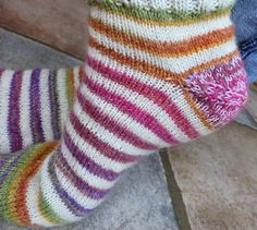 Simplyfil: Chaussettes faciles en commençant par la pointe / Easy toe-up socks Toe Up Socks, La Pointe, Free Knitting, Voici, Free Pattern, Sewing, Fabric, Crafts, Fingers