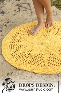 Sol - Free crochet rug pattern from Drops Design. 2 strands aran weight yarn held together and hook. Crochet Diy, Crochet Amigurumi, Crochet Home Decor, Crochet Round, Crochet Doilies, Double Crochet, Crochet Hooks, Crochet Design, Doily Rug