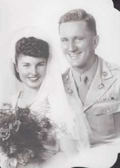 Wartime Wedding – 41 Emotional Vintage Pictures Show the Marriages of Soldiers in the Past ~ vintage everyday Vintage Couples, Vintage Wedding Photos, Vintage Bridal, Wedding Couples, Wedding Pictures, Vintage Weddings, Vintage Pictures, Vintage Images, Old Fashioned Wedding