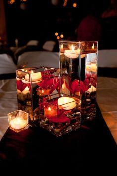 quadratische Glasvasen, Schwimmkerzen und rote Orchideen