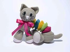 Découvrez ce jouet à crocheter avec les fils Natura DMC dont les explications nous ont été gentiment fournies par Gaby une de nos DMCLover Baby Shoes, Creations, Teddy Bear, Animals, Craft, Plushies, Knitting, Bunny, Crochet Toys