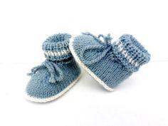 Fiche PDF tricot. Ces chaussons bébé sont réalisés avec des aiguilles droites n° 3.5 (échantillon 10/10 cm;23 m/30 rgs).Ils sont proposés tailles 1 mois,3 mois et 6 mois.