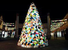 Le collectif espagnol Luzinterruptus est de retour avec une nouvelle pièce à grande échelle. Cette installation intitulée Consumerist Christmas Tree est composée d'un immense arbre de Noël lumineux fait de sacs plastique. Il est accompagné de guirlandes également composées de sacs en plastique éclairés. La démarche est de dénoncer notre surconsommation, notre utilisation massive et inutile de sacs plastique durant les fêtes de Noël et les conséquences que cela engendre sur l'environnement.