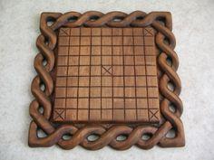 Hnefatafl - Old viking-game. Viking Chess, Viking Art, Chip Carving, Wood Carving, Vikings Game, Wooden Board Games, Whittling Wood, Viking Designs, Diy Games