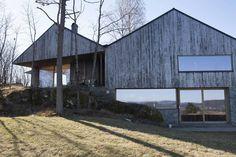 VINKEL: Ved å bygge huset i vinkel, har utsikten blitt litt mer variert. Sammen danner taket en forvrengt M-form. Den øvre delen av huset kan sees på som en trekasse som klatrer opp fra den tunge basen av betong og murstein. (Foto: Karen Gjermundrød)