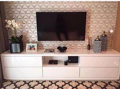 Sala de estar | Destaque para o papel de parede e o tapete usados na decor. O ambiente ficou moderno e sofisticado.  #salameunovoapê  Projeto CG Arquitetura e Interiores