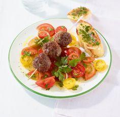 Tomatensalat mit Hackbällchen: Bunte Tomaten haben ein tolles Aroma, die Hackbällchen sind herzhaft-würzig.