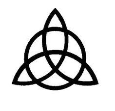 Simbolos CeltEl símbolo de la TRIQUETA es uno de los más importantes dentro de la cultura tradicional celta y el diseño, con forma de hélice y un anillo, se representa la unión y el círculo de la vida, a saber nacimiento, muerte y renacimiento. Este talismán celta también representa la eternidad, y dentro del mundo de la magia y los rituales, la invisibilidad.   La Triqueta en heráldica se llama Trísquele y frecuentemente lleva en el centro una cabeza femenina con un ala en cada lado, sobre…