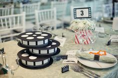 Bobine de film : une super décoration de table pour un mariage sur le thème du cinéma : http://www.instemporel.com/s/4229_96983_centre-table-decoration-cinema