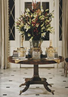 Creating a foyer Decor, Center Table, Table Decorations, Dining Table, European Home Decor, Beautiful Interiors, Beautiful Table, Round Entry Table, Home Decor Inspiration