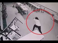 5 Very Chilling Videos Of Ghosts Caught On CCTV Cameras Here are 5 of the most shocking surveillance videos that appear to show paranormal activity caught on. Ghost Caught On Tape, Ghost Caught On Camera, Creepy Stories, Ghost Stories, Gif Fantasma, Ghost Videos, Scary Videos, Spirit Ghost, Scary Gif