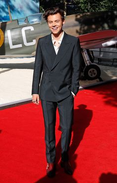 "Well Suited from Harry Styles' Best Looks The pop star cleans up nicely, wouldn't you say? Harry wore a tailored-to-perfection double-breasted suit to the premiere of Dunkirk in 2017 and we say, ""bravo! Harry Styles Fotos, Harry Styles Mode, Harry Styles Pictures, Harry Edward Styles, Young Harry Styles, Harry Styles Bandana, Harry Styles Dunkirk Premiere, Harry Styles In Dunkirk, Xavier Rudd"