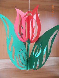 Idei Fermecate: lalele decupate din carton Flower Crafts, Diy Flowers, Paper Flowers, Diy And Crafts, Crafts For Kids, Arts And Crafts, Paper Crafts, Origami, Calla