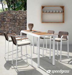 Barra Mikonos con 4 Taburetes. Barra con un exquisito diseño minimalista con 4 taburetes con cojines.  194 x 60 x 106 cm