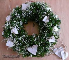 Wreath with buxus, gipskruid, en klei-hartjes